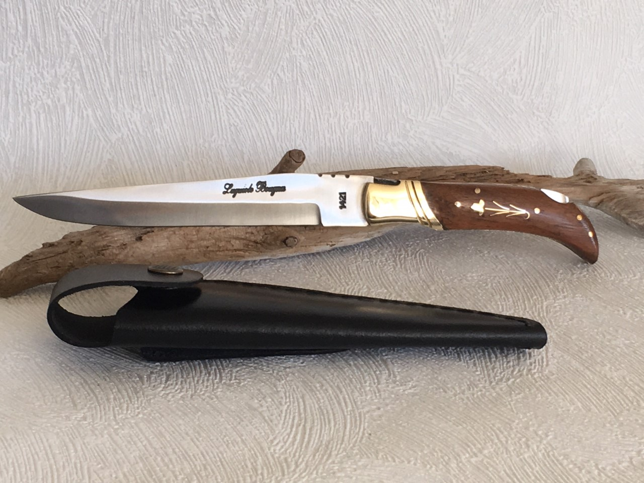 Couteau de chasse pliant incrusté au prix de 18,90 euros.